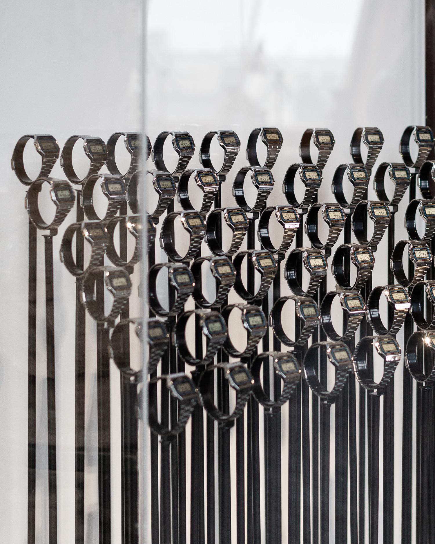 работа Алексея Мандича 'симфония скотного двора' из коллекции галереи. это часы Casio, отстающие друг от друга максимум на 10 минут, у которых заведен будильник на 12 часов дня, в это время звучит некая симфония, которая не является какой-то конкретной мелодией