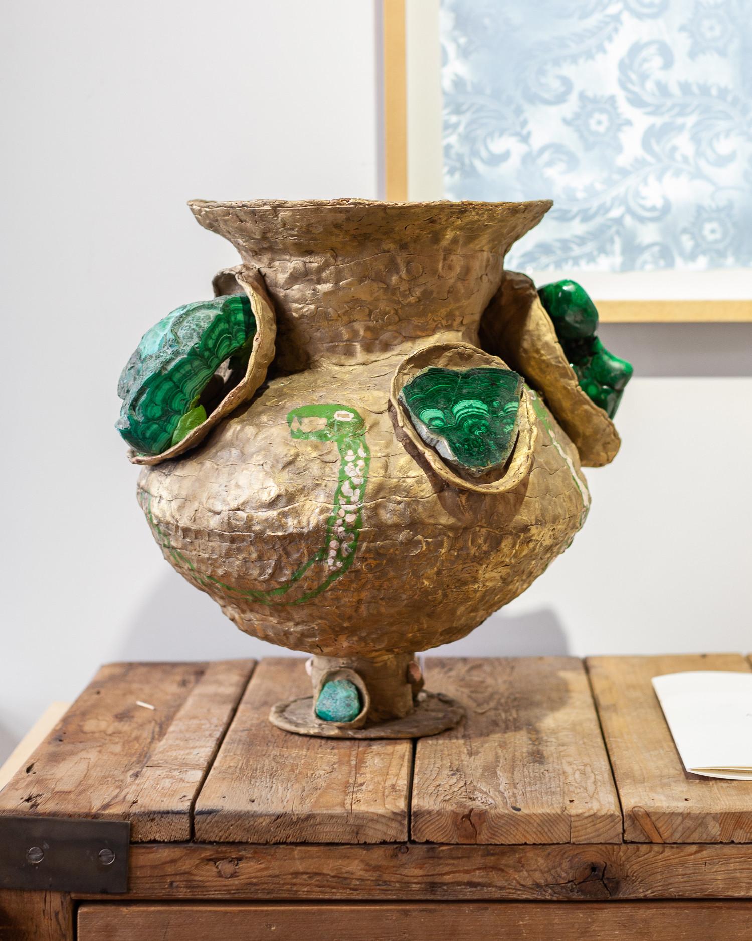 бронзовые вазы с малахитом из проекта, который был представлен на Уральской индустриальной биеннале