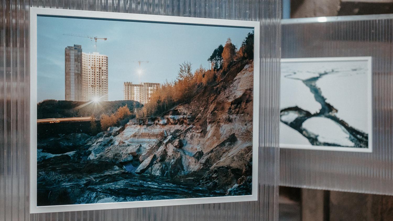 Федор Конюхов (слева) в проекте 'Пост-Москва' рассматривает ландшафт 'постгорода', сформированный рыночными механизмами, лишенный цельности и отчужденный. Рассматривая его архитектуру, элементы инфраструктуры, его разрывы и пустоты, он ищет в них личное измерение, сценарии взаимодействия человека и пространства.