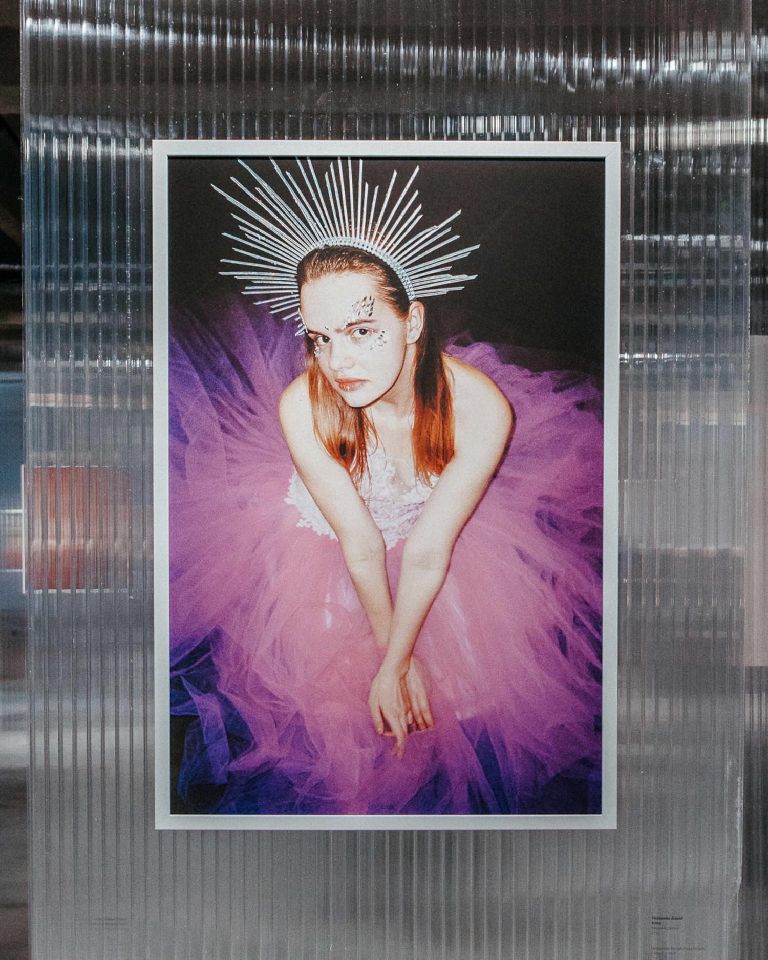 Герои проекта Дарьи Назаровой создают свое собственное публичное пространство – 'Алоэ', функционирующее по законам пространства личного – 'пейзаж, в котором можно жить повседневной сказкой', 'тайное королевство', частью которого становится художник и тщательно его документирует.
