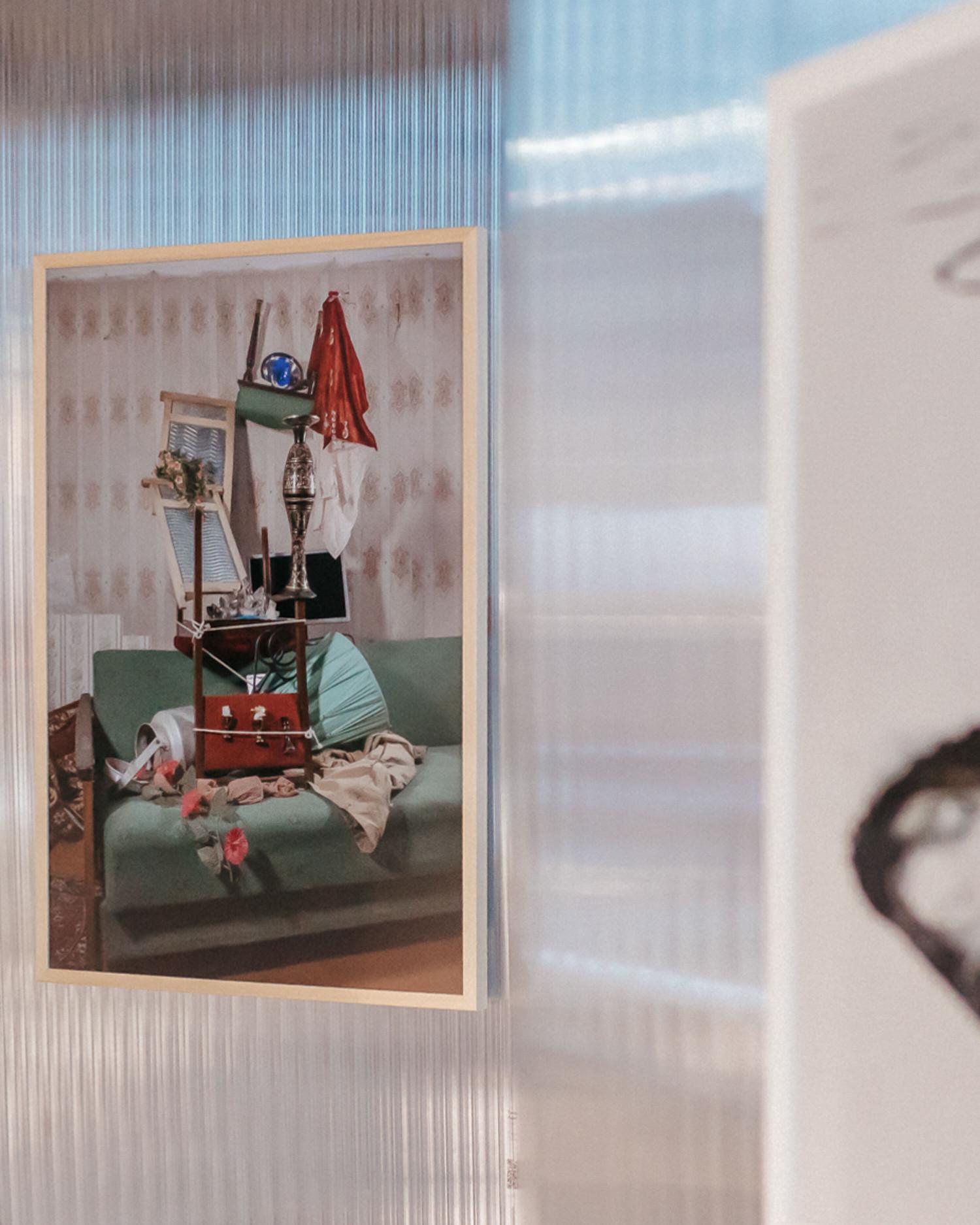 В серии 'Лимб' Даша Трофимова развивает тему взаимодействия коллективной и личной памяти. В натюрмортах-скульптурах художницы, родившейся и выросшей в Казахстане, а теперь живущей в России в статусе мигранта, объекты из частных и общественных пространств застывают в положении хрупкого равновесия, обретая новую коллективную форму и тем самым подчеркивая, 'остраняя' – свою индивидуальную.