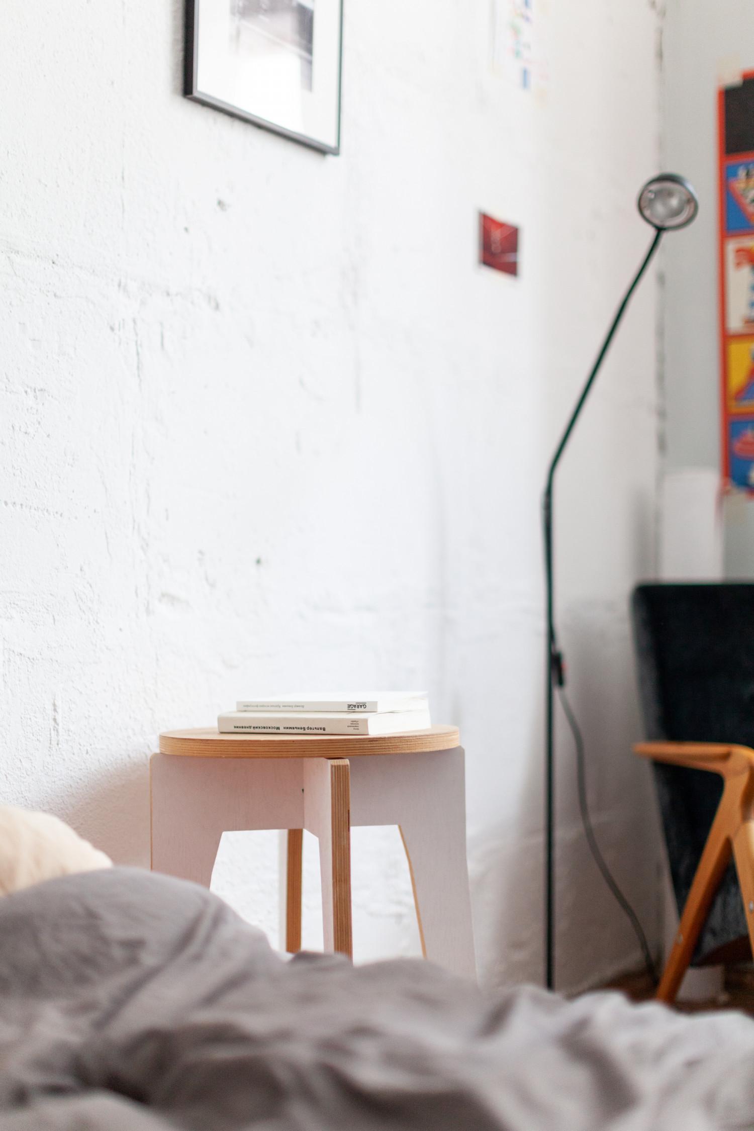 табуретка из коллекции мебели, которую мы в компании с друзьями делали для 6 биеналле современного искусства в Москве, удалось урвать после закрытия. Ну и две книжки Беньямина, пытаюсь читать, вместо просмотров сериалов и сна.