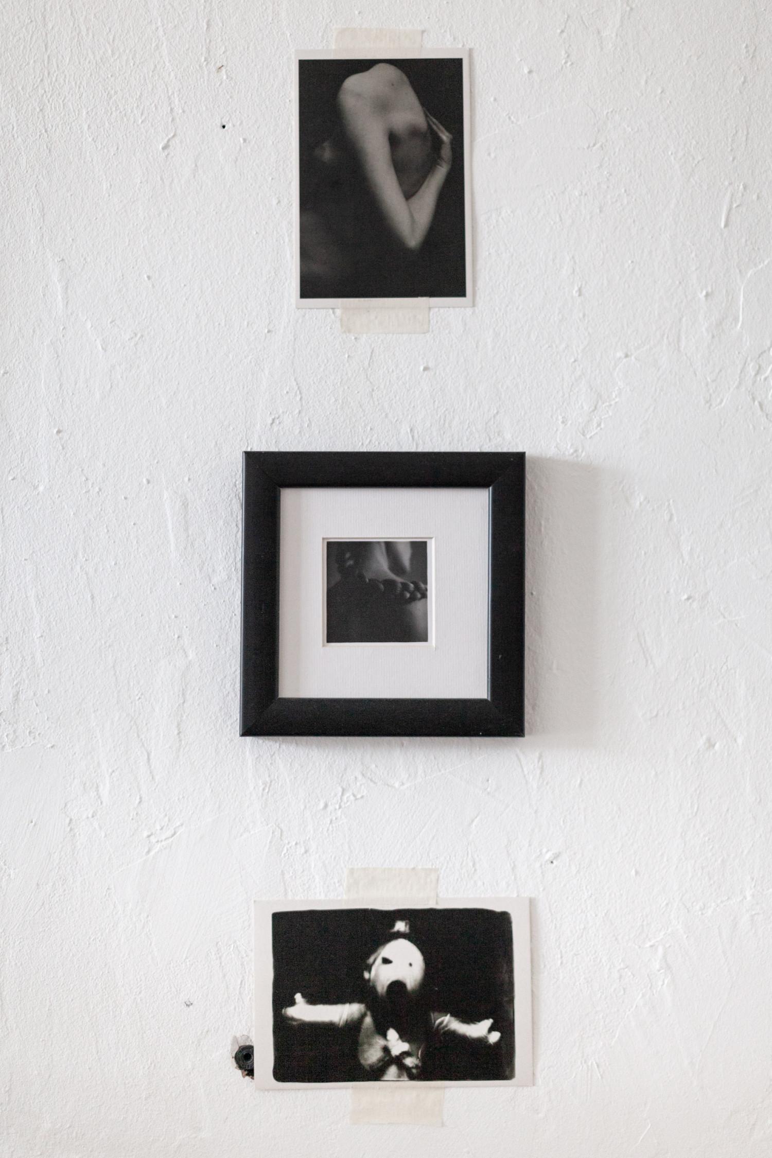 По центру – стена поклонения художнице Анне Блок.