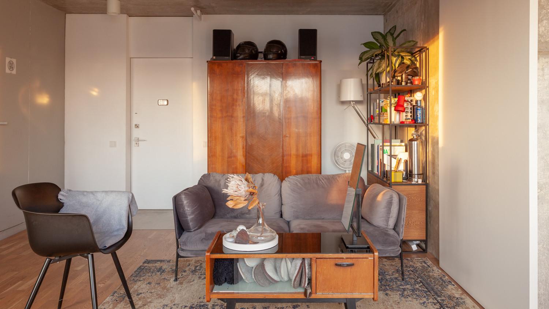 Старое советское трюмо разобрано на две части: нижняя служит журнальным столиком и ящиком для тапочек, а верхняя с зеркалом стоит у стены ванной комнаты.