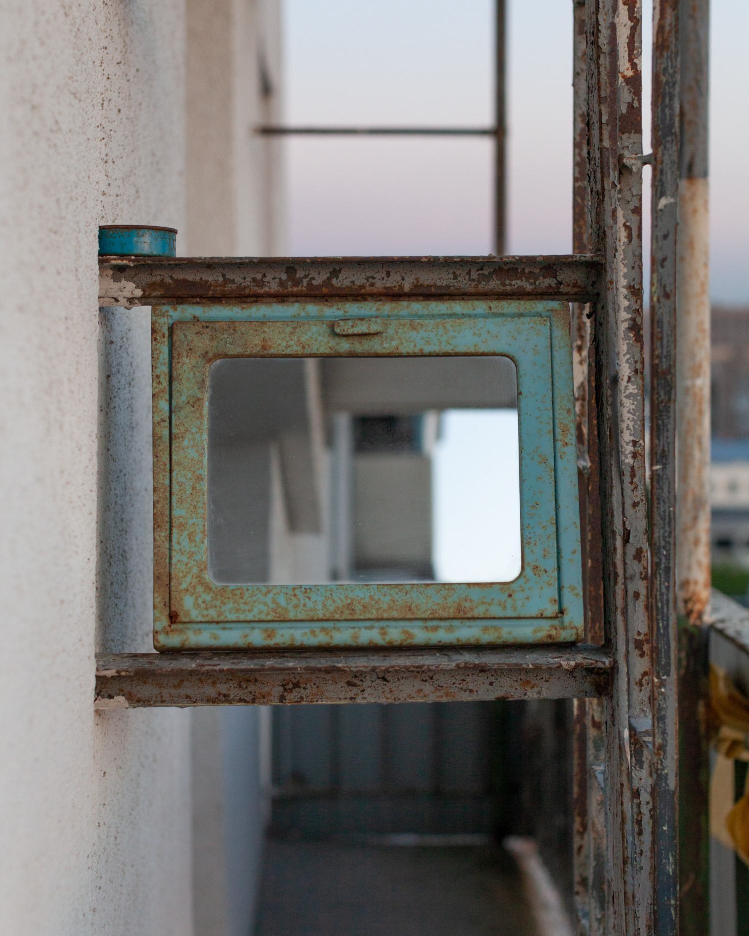 Шкафчик-аптечка найден на дачном участке моего друга; а лестница разделяет пополам длинный балкон, по которому возможен проход из гостиной в спальню.