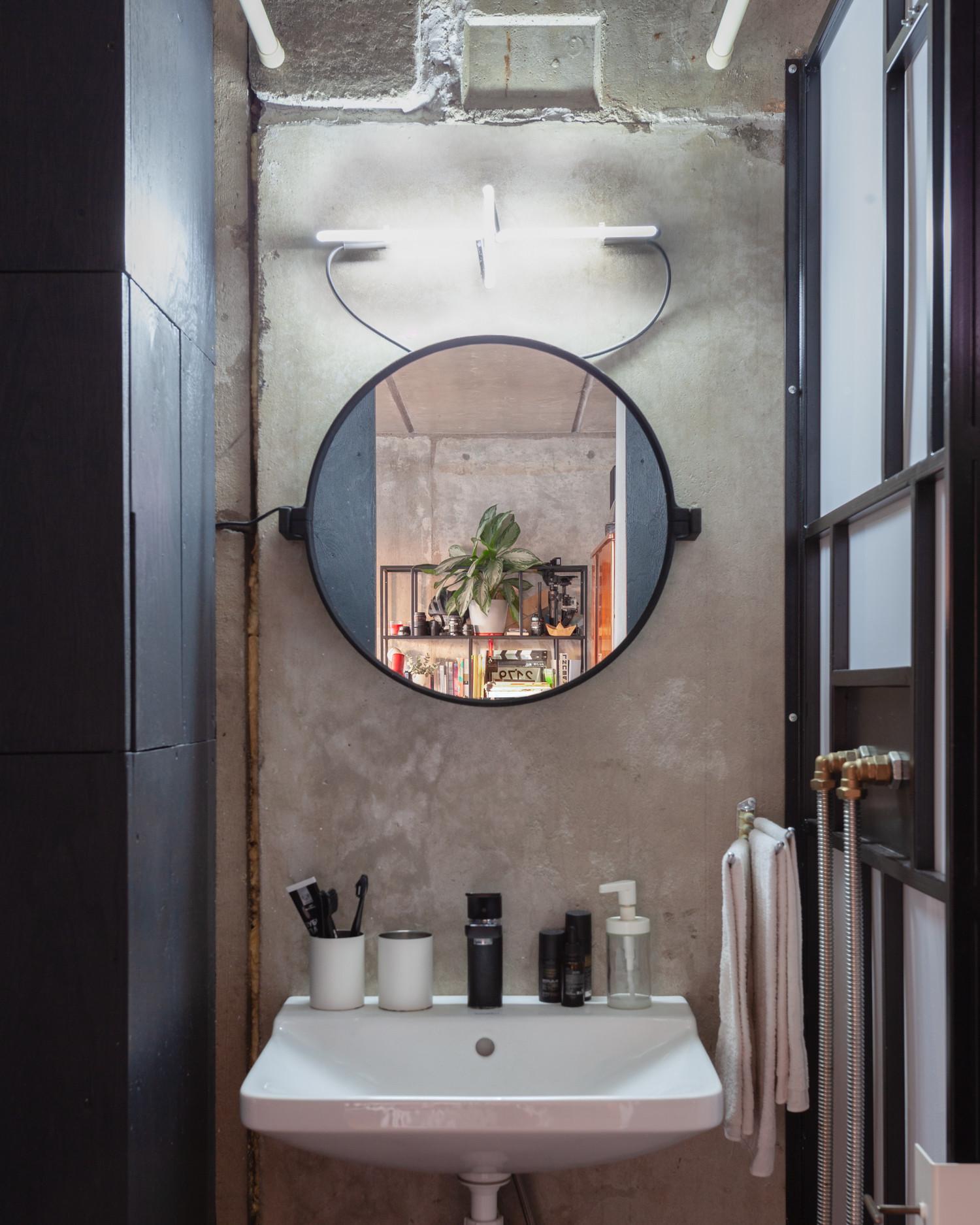 Ванная – темная, в грубых материалах: металле и бетоне.