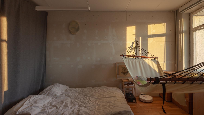 Спальня еще не доделана, но в ней уже приятно проводить время. Утром свет мягкий и можно читать, сидя в гамаке.