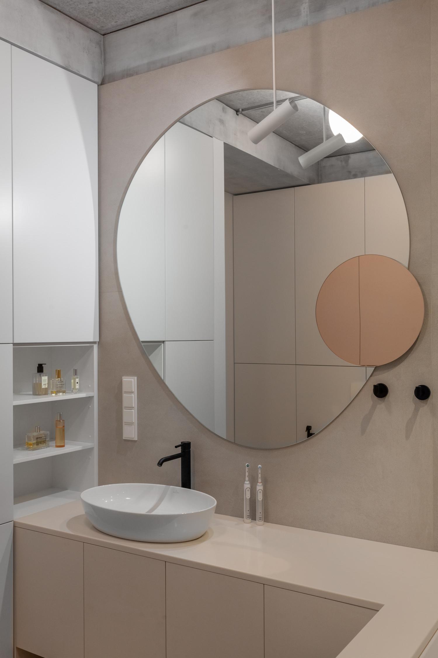Криволинейное зеркало в ванной нарисовал 4-х летний сын Сергея. Мы сами так элегантно не умеем рисовать кривые круги.