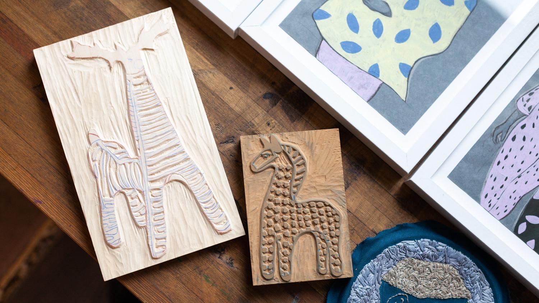 Слева - деревянная доска, справа - линолеум