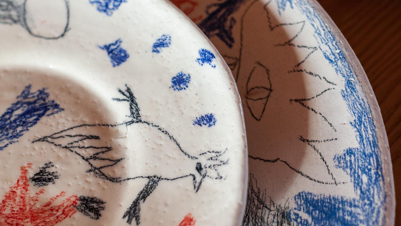 СОНЯ: В первой совместной коллекции тарелок нам захотелось поиграть с разными керамическими декоративными техниками и материалами, с которыми каждая из нас ознакомилась в Нью-Йорке и в Амстердаме.