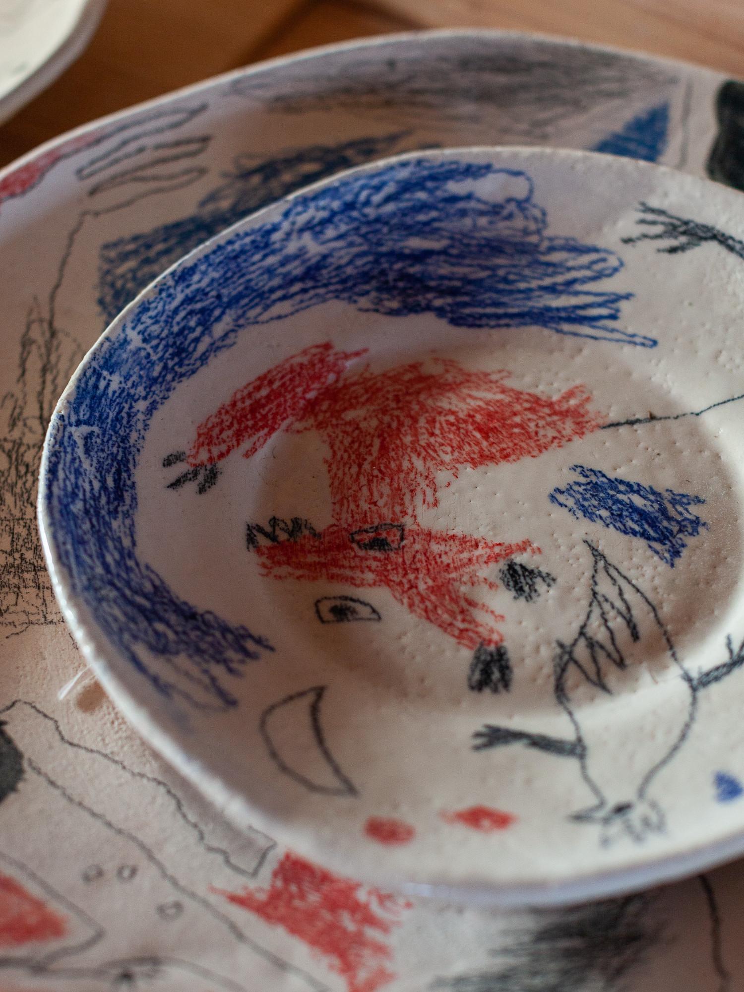ВАРЯ: Соня лепит тарелки вручную. Отталкиваясь от фактуры и линий на каждой тарелке, я рисую разные образы. Мы думали заливать тарелки в формы, чтобы увеличить тираж и сделать их доступнее. Но отошли от этой идеи. Потому что на рынках и так куча вещей производится и без нас. А я все же хочу, чтобы каждая тарелка была уникальна и воспринималась как объект. Мне нравится, когда материал диктует свои правила и помогает сформировать образы. А если заливать вещи, то связь с материалом становится поверхностной.