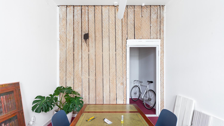Это наша переговорная. Здесь мы сохранили стенку со следами дранки, наткнулись на нее в процессе демонтажа и полюбили
