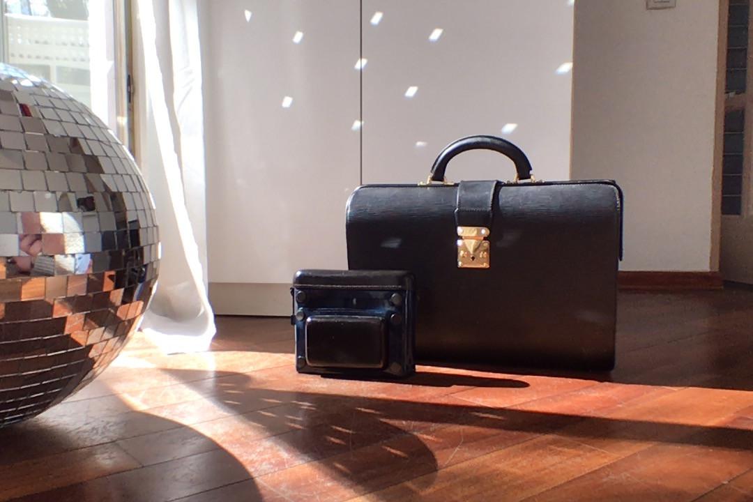 Мой любимый винтажный портфель Louis Vuitton из 80-х, отыскал его на eBay. А сумка Lanvin, стилизованная под кейс для фотоаппарата, всегда привлекает внимание.