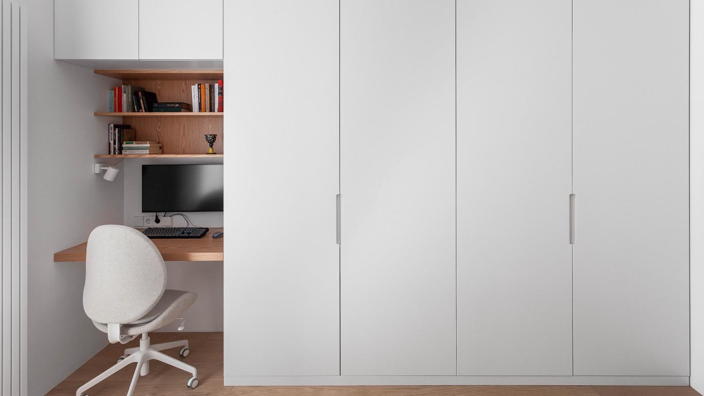 Шкаф для одежды совмещен с рабочим местом хозяина квартиры, который занимается программированием.