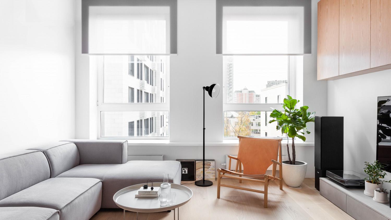 Зона гостиной. Длинный подоконник, пронизывающий горизонталью оба окна. Аудио техника – большой интерес хозяина квартиры. Шкаф спроектирован для хранения виниловых пластинок.