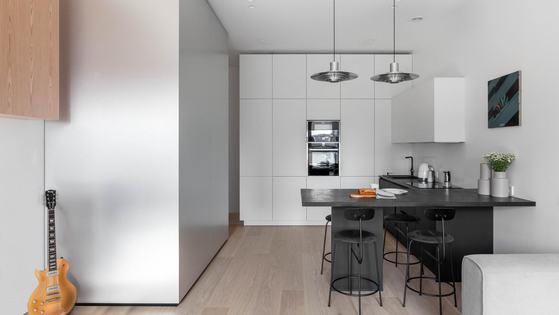 На этом фото видно кубик – доминантный элемент квартиры. Металл мягко отражает свет. Картина Миши Никатина.