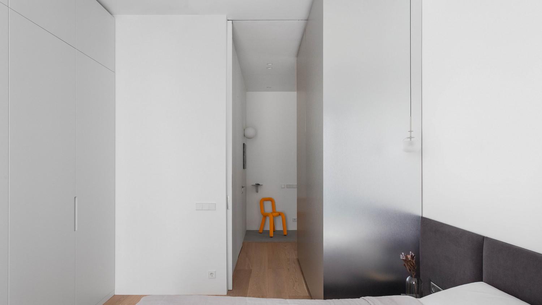 Плоскость пола и потолка – общая в жилых помещениях. Зону спальни можно закрыть: раздвижная дверь полностью прячется в пенал.