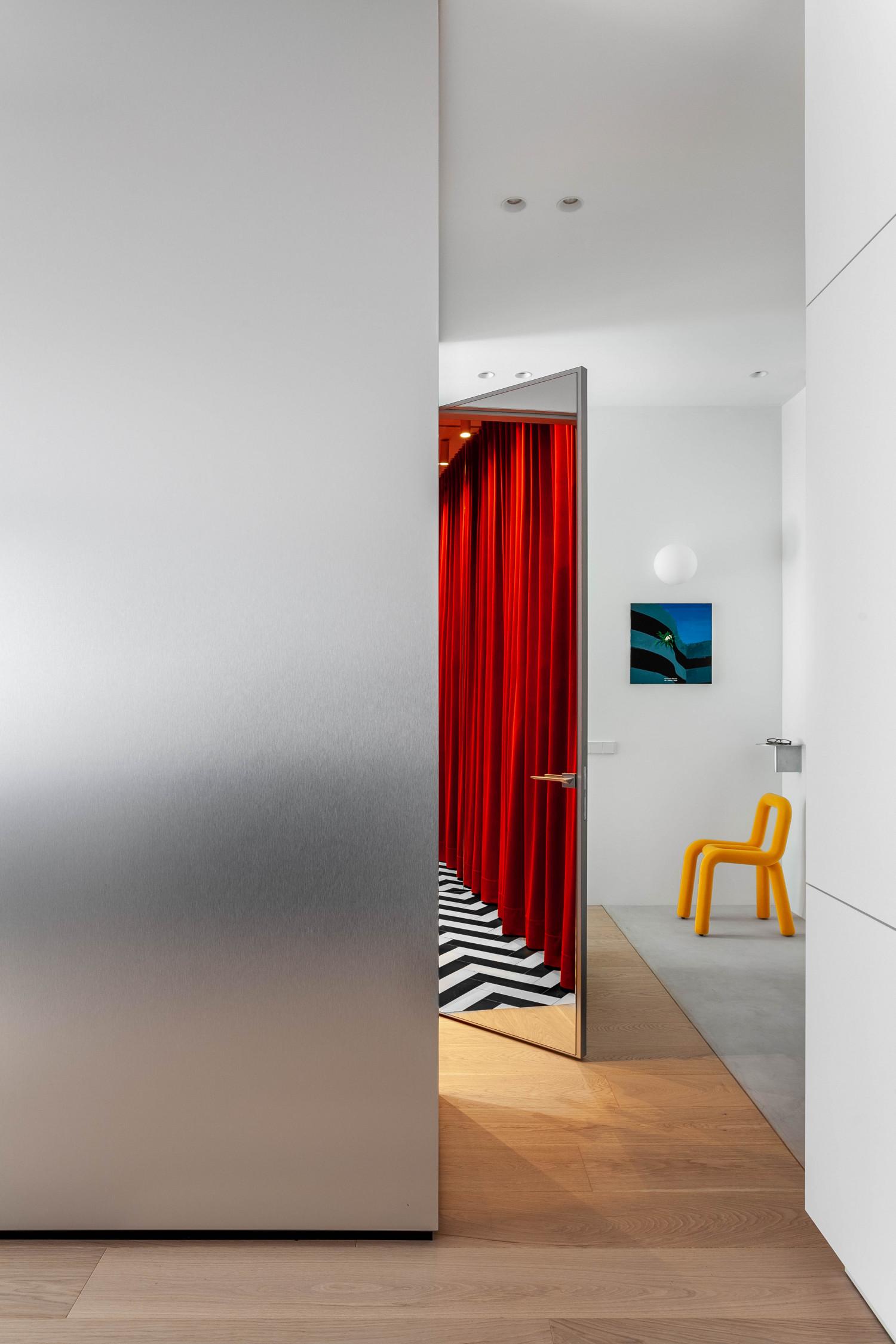Пока мы снимали квартиру с Полиной, обнаружили интересную и немного психоделическую вещь: зеркальная дверь в приоткрытом положении отражает помещение гардеробной и странно преломляет пространство. Особено когда один человек стоит в конце гардеробной, а другой – в районе кухни, и вы друг друга отлично видите.