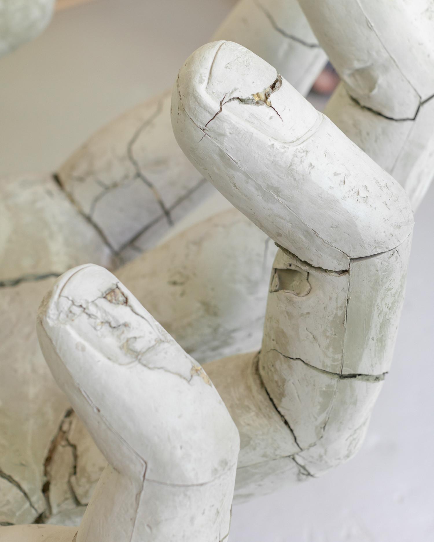Я очень люблю фактуру потрескавшейся глины, именно поэтому уже год рука не поднимается разбить эту руку.